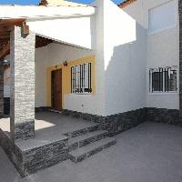 Bungalow dúplex recién reformado con solárium privado, piscina, parking y trastero en la urbanización El Edén de Guardamar del Segura.
