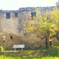 Casa de piedra con jardin en pueblo tranquilo