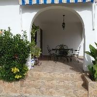 Chalet de estilo mediterráneo con piscina, huerto y jardín