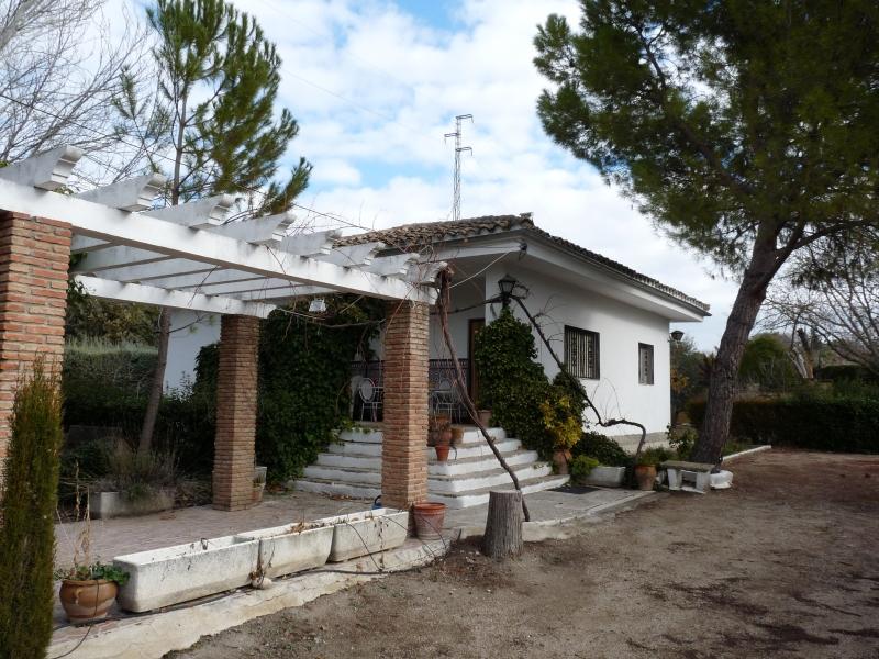Vista exterior casa con pergola