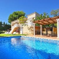 Chalet con piscina cerca de la playa en Moraira