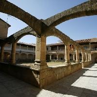 Casa en el claustro gótico de Aldeanueva de Santa Cruz