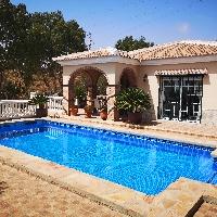 Villa en venta con piscina en Rincón de la Victoria