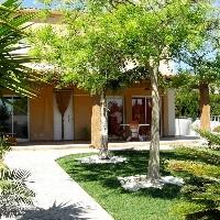 Casa adosada de 280 m2 con 4 dormitorios, porche de 30 m2 y parcela de 450 m2