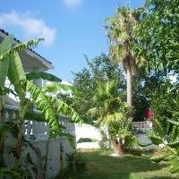 Chalet pareado de cuatro dormitorios. 180 m2 de jardín , chimenea, parking, Amueblado.