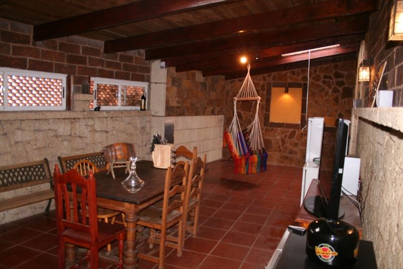 Bodega 70 m2 decorado en piedra con madera y barbacoa