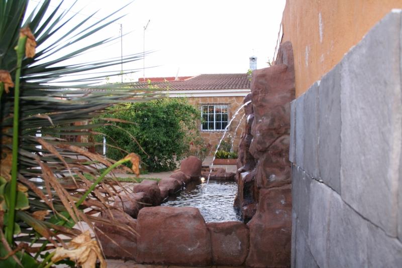 Jardin 300 m2 con cascada, piscina y arboles frutales