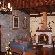 Salon 40 m2 decorado con piedra, madera y chimenea