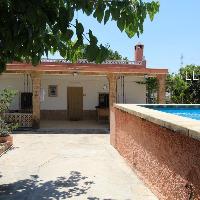 Chalet en venta con jardín y piscina cerca de Lliria