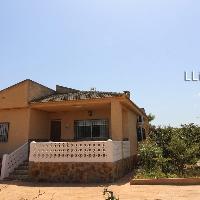 Chalet en venta con piscina en urbanización de Lliria