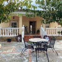 Chalet en venta con jardín y piscina en Lliria