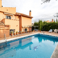 Chalet independiente piscina en venta La Zubia Granada