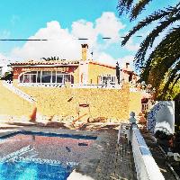 Chalet en venta con piscina y vistas al mar en Calpe