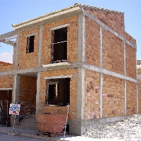Casa de dos plantas y sotano sin finalizar.