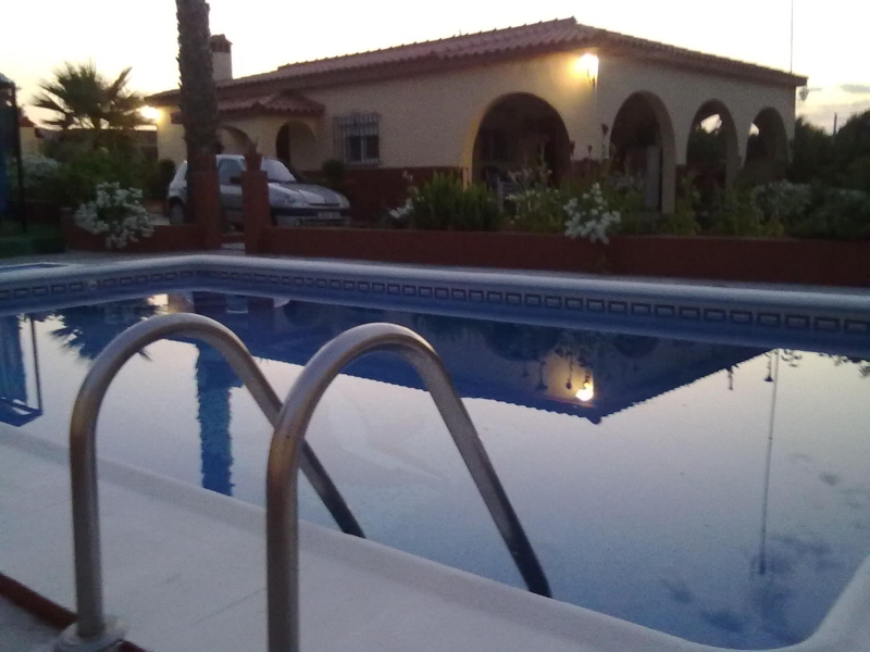 Casas chalets adosados en sevilla parcela con casa y for Alquiler de casas con piscina en sevilla